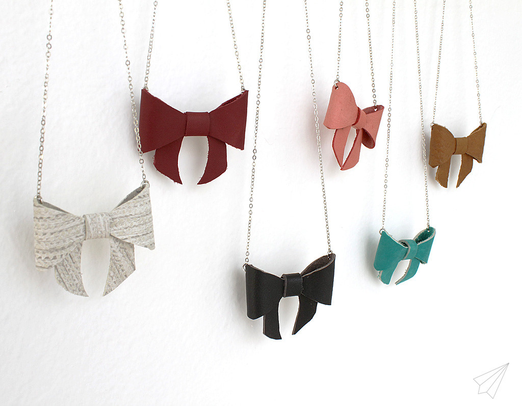 bow necklace various side