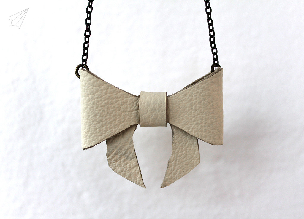 bow necklace close